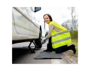 Donna che cambia ruota auto