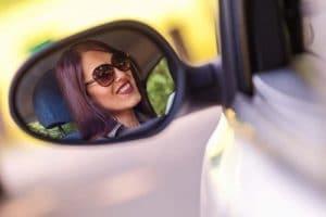 Donna su automobile dopo revisione auto