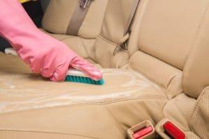 Come pulire gli interni in pelle con spazzola