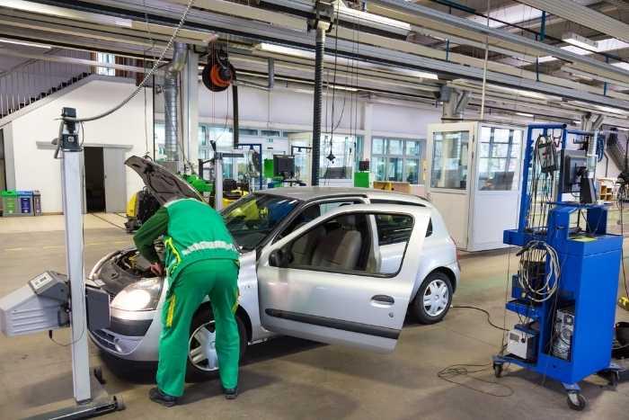 Meccanico che eseguire revisione auto